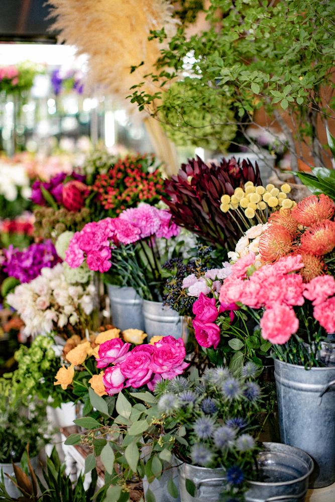 店頭に並んだ様々な切花