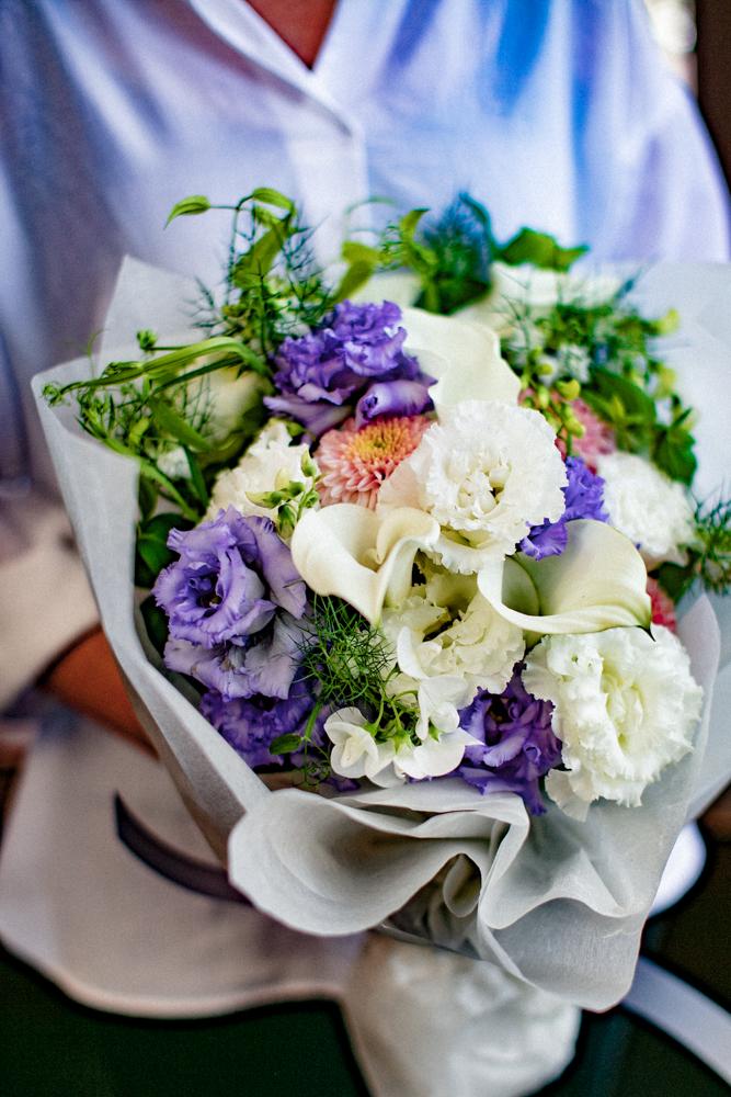 女性が白系の花束を持っている