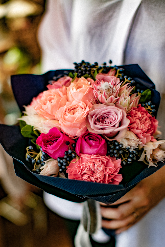 女性が花束を持っている