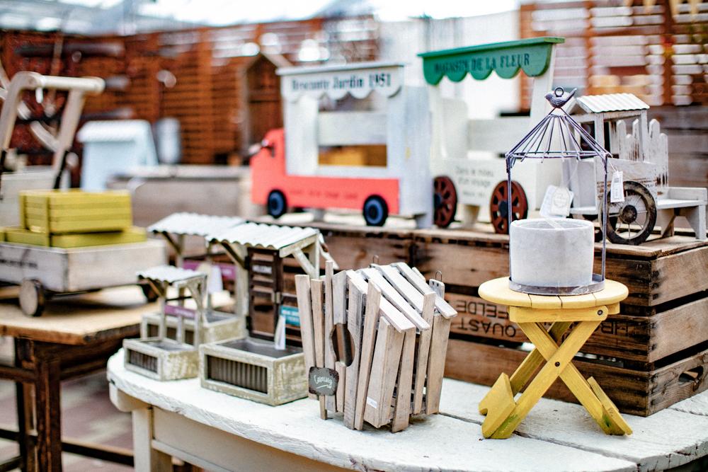木製の雑貨や鳥の巣箱